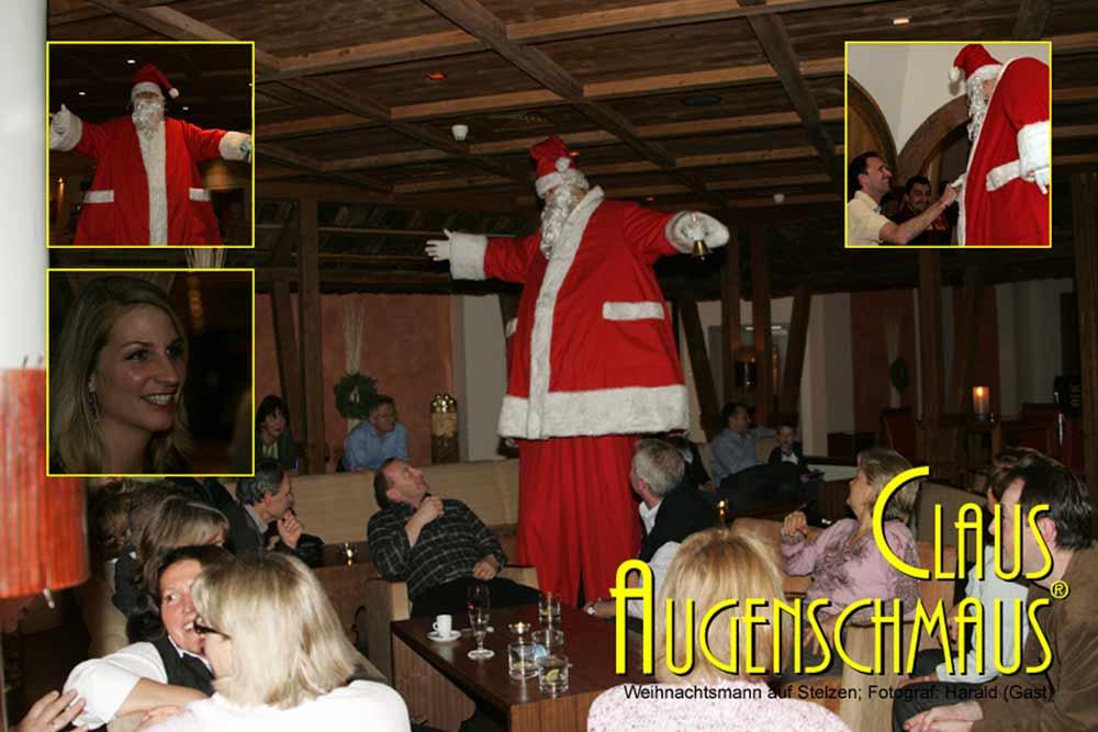 Bauchredner als Niklaus auf Stelzen bei Weihnachtsfeier.